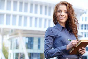 Mädchen glücklich oder Student auf die Eigenschaft Betriebswirtschaftlicher Hintergrund